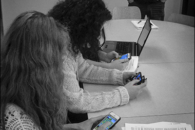 Elever som tittar i mobilen.