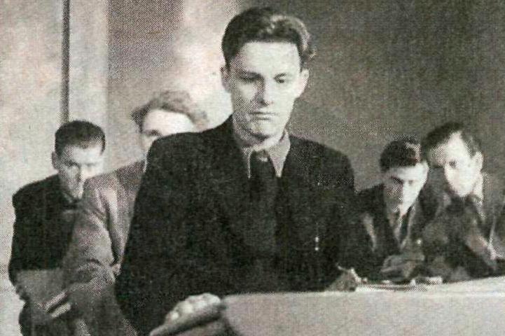 Bild från filmen Hets (1944). Jan-Erik (Alf Kjellin) blir terroriserad av sin latinlärare. Det slutar med att han blir relegerad från skolan och missar studentexamen.