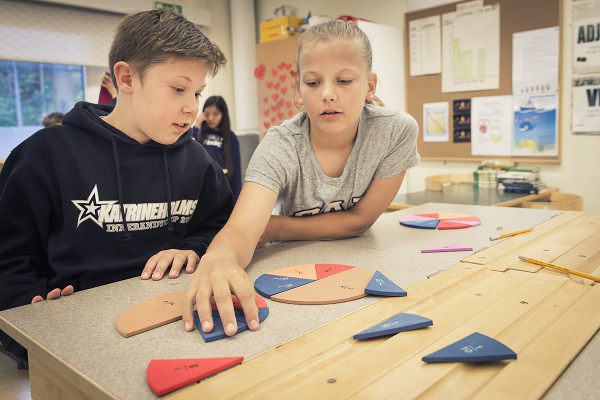 Två elever löse matteproblem tillsammans.