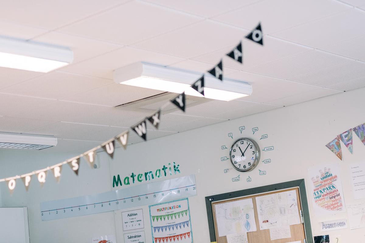 Tak i skolsal med bokstavsflaggspel och texten matematik på väggen.